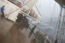 Fırtına ortasında yan yatan gemide korku dolu anlar kamerada!
