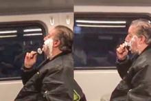 Trende sakal tıraşı olan adam