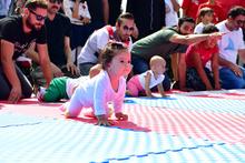 Bebekler, emekleme olimpiyatlarında nefes kesti!