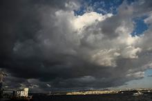 İstanbul Boğazı'nı kara bulutlar kapladı