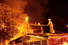 Şişli'de gecekondu alev alev yandı!
