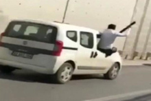 Düğün konvoyunda aracın camından sarkıp havaya ateş etti
