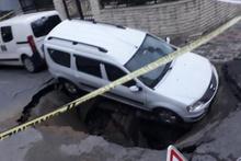 İstanbul'da korkutan anlar! Yol yarıldı içine düştü