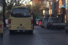 Trafikte tıka basa giden minibüs şoförü yolcuların canını hiçe saydı