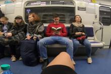 Metroda bacaklarını açarak oturanlara öyle bir ceza verdi ki...