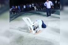 Düğünde sandalyeyle garip dans kahkahaya boğdu