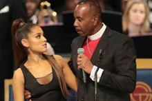 Rahip cenazede ünlü şarkıcı Ariana Grande'ı taciz etti!