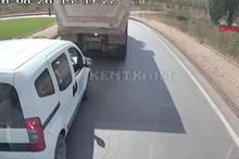 Kamyon sürücüsü yol isteyen araca böyle çarptı!