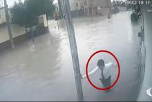 12 yaşındaki öğrencinin elektriğe kapılma anı kamerada!