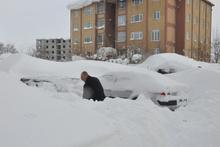 Bitlis'te evler arabalar kara gömüldü