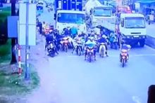 Dehşet anları! Freni patlayan kamyon motosikletlileri biçti
