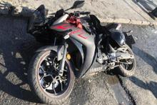 Motosiklet dehşeti: Önce yayaya sonra duraktakilere çarptı!
