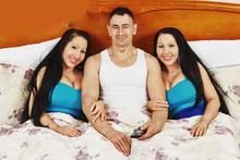 İkiz kız kardeşler aynı erkeği paylaşıyor! Dünyanın en sıradışı aşkı
