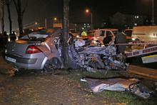 Bursa'da otomobil ağaca çarptı: 2 yaralı