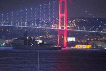 ABD savaş gemisi İstanbul Boğazı'ndan karartma yaparak geçti