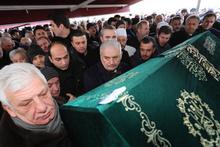 Binali Yıldırım Cumhurbaşkanı Erdoğan'ın dayısının tabutuna omuz verdi