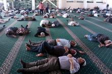 Nakşilerin akın ettiği Menzil'de örtü altında ibadet