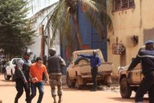 Mali'de otel baskını 170 kişi rehin alındı