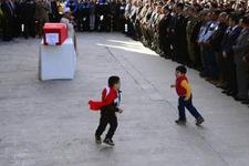 Şehidin oğlu cenazeyi oyun sandı yürekler kan ağladı