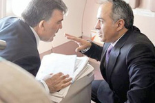Abdullah Gül'e terbiyesizlik ayakkabılarını bile çıkarttırdılar!