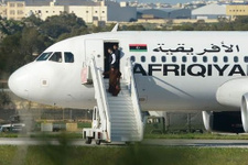 Kaçırılan uçaktaki yolcular tahliye edildi!