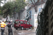 İstanbul'da felaket rüzgar iskeleyi uçurdu
