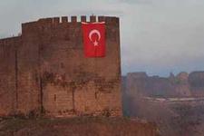Diyarbakır'da Sur Kalesi'ne dev bayrak