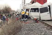 Malatya'da korkunç kaza tren öğrenci servisine çarptı