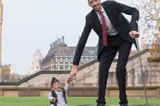 Dünyanın en uzun adamı Hollywood yolunda