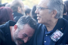 Cem Yılmaz'dan cenazede gülen fotoğrafa açıklama