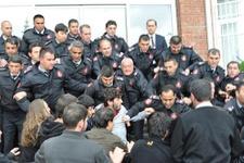 Üniversitede 1 Mayıs afişine polis müdahalesi!