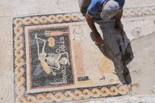 Hatay'da bulunan mozaik meğer öyle yazmıyormuş!