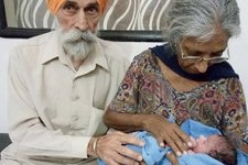 72 yaşında anne oldu ülke onu konuşuyor