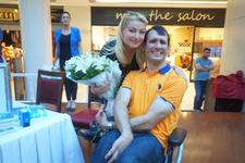 Engelli yazara Zahide Yetiş'ten anlamlı destek