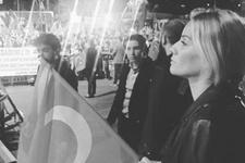 Esra Erol demokrasi nöbetinde! Bayrağını alıp...