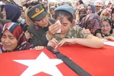 Şehidin cenaze töreninde bayrağa asılan not ağlattı
