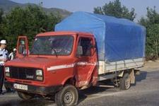 Kamyonetle taşınan işçiler kaza geçirdi