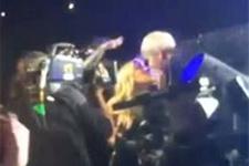 Miley Cyrus bu kez hayranı ile öpüştü!