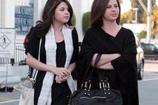 Selena Gomez annesini kovdu!