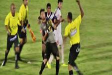 Hakeme saldıran futbolculara biber gazıyla müdahale