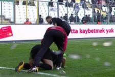 Bursaspor'u yıkan Amedli futbolcu toprağı öptü