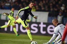 Mesut Özil rakip defansı rencide edip golünü attı