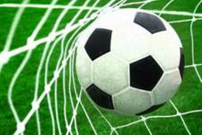 Karara itiraz eden futbolcu hakeme yumruk attı