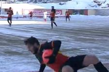 Buz üstünde oynanan maçta kayan kayana