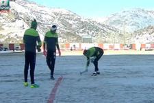 Konyasporlu futbolcular sahayı çekiçle temizlediler!