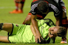 Carlos Tevez kalecinin çenesini kırdı