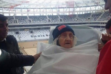 Fanatik Beşiktaş taraftarı sedye ile Arena'da