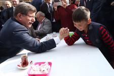 Başbakan Davutoğlu, küçük Enes'le bilek güreşi yaptı