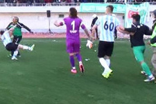 Futbolcuyu tek yumrukta yere serdi