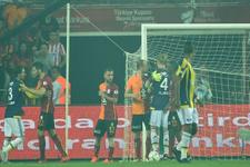 Galatasaray Fenerbahçe derbisinde saha karıştı